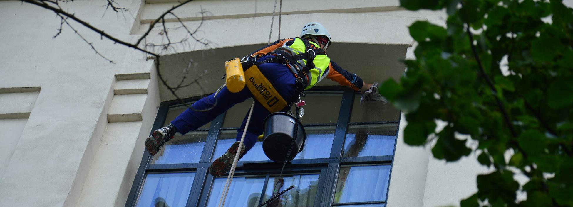 Mycie okien alpinistyczne