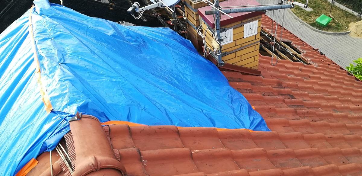 Zabezpieczenie dachu przed deszczem po pożarze.