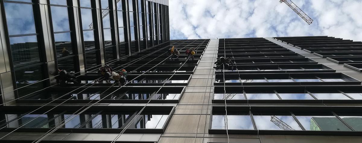 Mycie elewacji alpinistami w Warszawie
