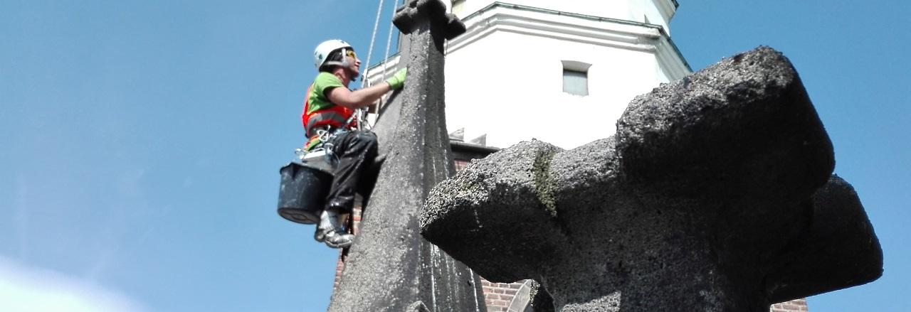 Roboty wysokościowe na zabytkowej elewacji kościoła metodami alpinistycznymi.